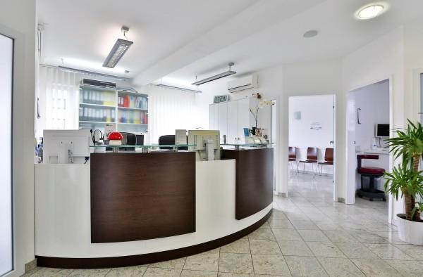 Hier ist der Empfang unserer Zahnarztpraxis in Offenbach zu sehen. Dieser befindet sich im 5. OG unserer Zahnarztpraxis.